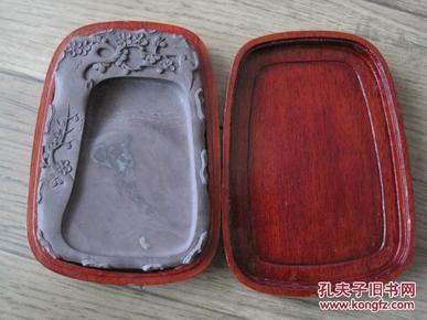 日本回流《喜上梅稍硯》 舊料坑仔巖隨形端溪硯 菠蘿格紅木盒包裝