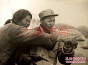 008华东画报社记者 姜维朴 摄影作品 照片后有题字 (......回鲁中孟良崮战役一位老大娘指示我军出击敌人目标)