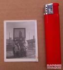 文革时期, 五位美女在毛主席像宣传画前面合影的照片一张