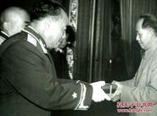 《毛泽东代表党中央、中央军委向朱德授元帅军衔、勋章》1955年北京、纪念毛泽东同志诞辰100周年、 精美精印高档毛泽东艺术图片、老照片黑白印刷1993年9月、一版一印、吕厚民摄影作品