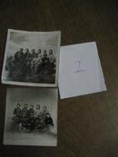 文革老照片:六七十年代知青合影相片(2张)胸戴毛主席像章,手捧红宝书