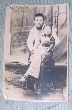 民国老照片:  青年宜勋抱子坐像