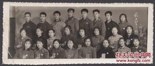 1968年【抗大】学习班合影,带毛主席像章,拿毛主席语录