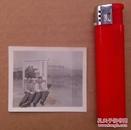 文革时期, 二位大美女在宣传画前面合影的照片一张