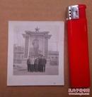 文革时期,多位大帅哥在巨幅毛主席宣传画前面合影的照片一张.