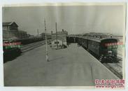1931年9月22日东北满洲吉林长春火车东站月台老照片,此时距离九一八事变仅仅四天,这里是南满铁路和中东铁路的交汇连接点。