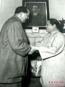 《毛泽东和宋庆龄在上海》1961年、纪念毛泽东同志诞辰100周年、 精美精印高档毛泽东艺术图片、老照片黑白印刷1993年9月、一版一印