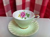 英格兰皇家精制骨瓷(fine bone china)杯子和碟子