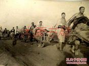 015 华东画报社记者 姜维朴 摄影作品 《淮海战役民工架队 》