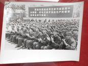文革老照片;解放军指战员紧密地团结在华主席为首的党中央周围。