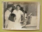 老照片:广州家乐洗衣机厂厂长林长江(右二)和青年技术人员一起研制自动双缸洗衣机。(一九八四年)