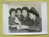老照片:空军某部副股长关彩霞(右) 1984年