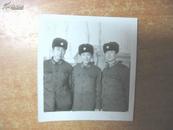 老照片:七八十年代战士三人合影相片