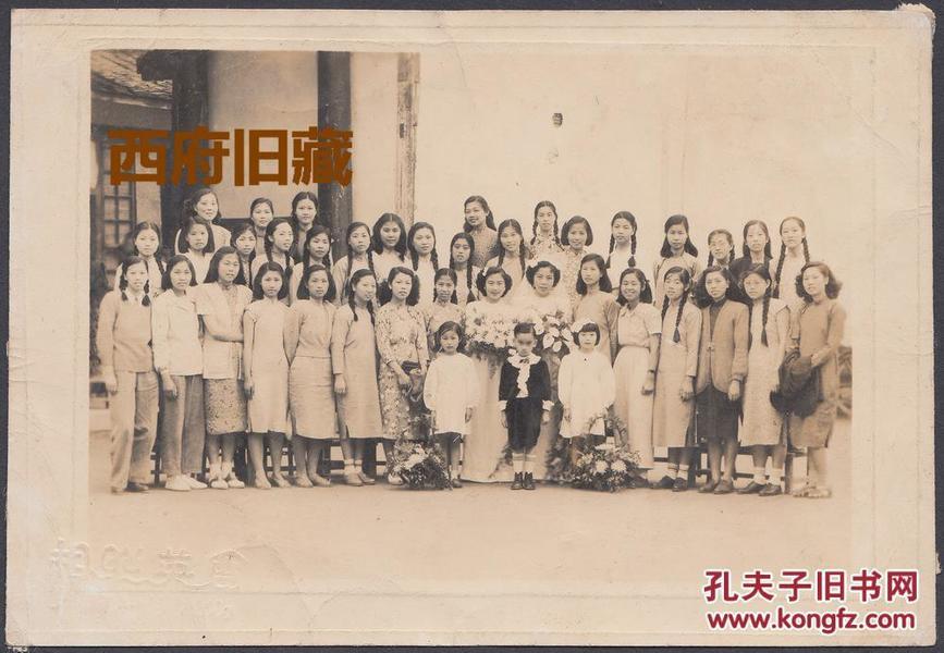 1950年美女学生合影,结婚留念,最强闺蜜团,从服饰上明显感觉到新旧时代交替