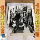 老照片 大理古城街道  村民在选购年画 左下角破损