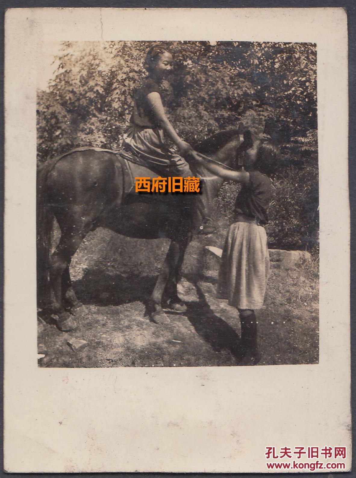 民国老照片,练习骑马的两个女童子军