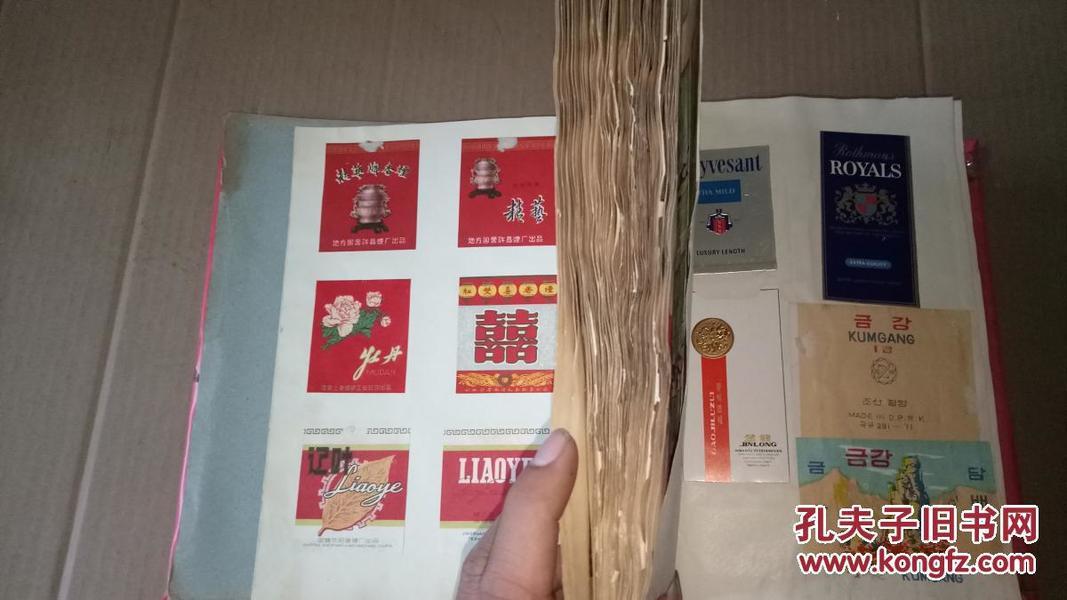 老烟标册 内400种左右,烟标的四个角粘在册子上,被裁剪过,全是老的,基本都是50-60年代的,还有一些外国的、民国的、文革的【有兴趣可以联系】.