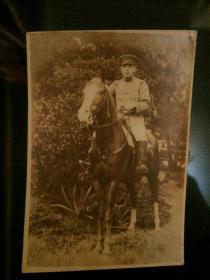 骑在战马上的年轻军官 民国时期蛋白基老照片 背面有字 日本 勿忘历史,中华自强