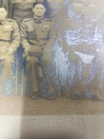 "B6046 五十年代中正堂前合影大相片""蒋经国与他的幕僚们""相片中人物以后在台湾的军政界中都起到举足轻重的作用。"