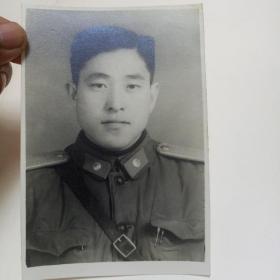 60年代革命军人老照片一张。(黑白)