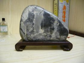 很漂亮的一块赏石(西游记;孙悟空,猪八戒,沙僧)带木座。[ 好品无残,长13厘米,高10厘米,厚3.5厘米。 ]