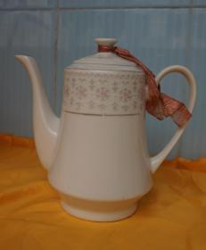 鲁峰牌白瓷茶壶高17厘米最大腹径10厘米(旧茶壶)