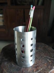 纯不锈钢镂空雕刻大笔筒,不吸磁铁,有使用迹象。