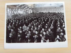 """超大尺寸:1976年 北京大学举行""""理科生毕业典礼大会""""欢送他们奔赴边疆"""