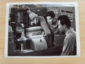 超大尺寸:1976年 上海机床厂研究所,设计制造成功我国第一台数控磨床