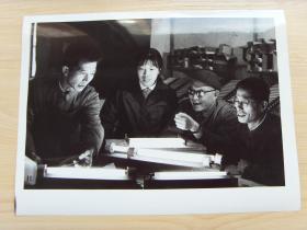 超大尺寸:1976年 上海电珠二厂,研制成功新型光源的灯管