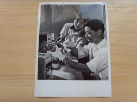 超大尺寸:1976年 西安交通大学师生和天秤仪器厂,共同研制成功激光随圆度仪