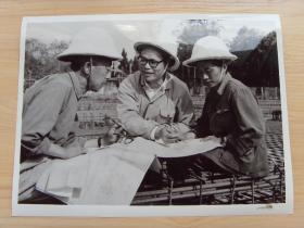 """超大尺寸:1976年 上海同济大学""""五.七公社""""教师胡瑞华,到工厂中接受再教育"""