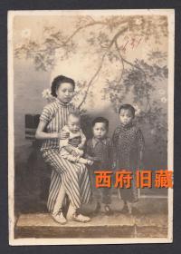 民国老照片,一个辣妈和三个孩子的合影,老照相馆布景