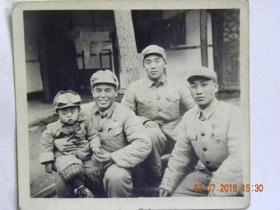 西南军政大学干部和戴风镜的小朋友合影留念(1952年)