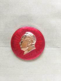 毛主席像章,保真。4CM。反面毛主席万岁,.正面军舰、飞机、放光芒图案,自己上世纪60年代收藏保存至今,大部份是未用过