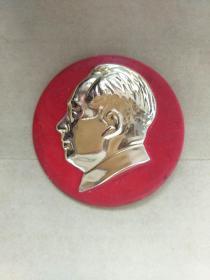 毛主席像章,保真。5CM。反面毛主席万岁,.正面无图案,自己上世纪60年代收藏保存至今,大部份是未用过