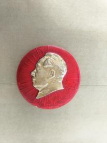 毛主席像章。4.5CM。反面无字,.正面梅花、放光芒图案,自己上世纪60年代收藏保存至今,大部份是未用过