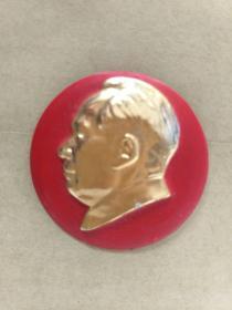 毛主席像章。4CM。反面无字,.正面红底图案,自己上世纪60年代收藏保存至今,大部份是未用过