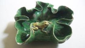 """民国时期出品""""青蛙、荷叶""""绿釉瓷笔洗"""