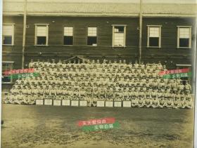 民国时期日军军官士兵巨幅大合影老照片,前排地面上放置有很多奖状,有剑术比赛奖等,应是中队集体合影,28.2X22.5厘米,泛银