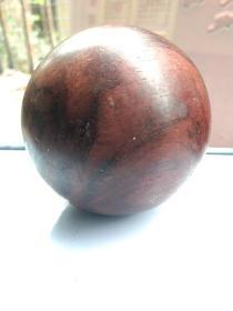 海南黄花梨木保龄球一个球56直径另一枚58直径!。先鉴定后买售出不退换。