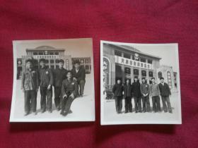 背景带大跃进万岁,宗路线万岁标语的早期【天津市财贸展览会】合影老照片2张,品佳如图