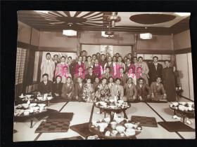 1938年一侵华日军官在上海某酒家举行送别宴上的合影,有二三十人,多著西服,不知是否有当时上海名流?其中有2个和服女人(艺妓?)。背面有记时间、军官名和酒家名。稀见。