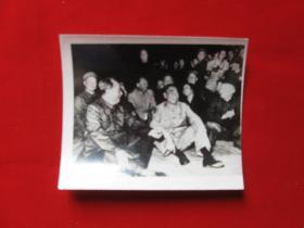 老照片毛主席周恩来和群众在一起1枚