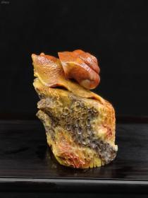 巴林五彩!!!蜗牛(谐音;我牛)题材,巴林的风格和寿山的风格大为不同。巴林石雕的块头更硕大!造型更奔放!具有四大石雕中独树一帜的风格。既是草原民族的习性使然,也和巴林石独特的质感有关。~拍品为巴林五彩少见的大料!如果做章,章面也到3.6了!树桩和蜗牛雕工壮美,作为大师的高足,手下功夫已经非常见老辣!