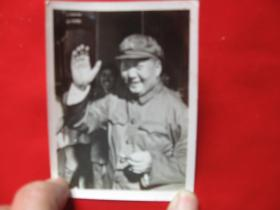 老照片毛主席在天安门城楼上招手1枚