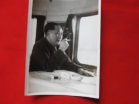 老照片毛主席在飞机上吸烟1枚