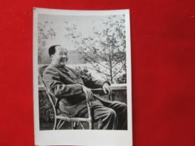 老照片毛主席坐腾椅1枚背景旧