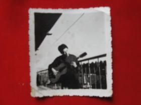 老照片楼上平台弹吉它