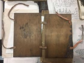 【铁牍精舍】【竹木杂项】清末民国楠木夹板一幅带原绳,24x15cm